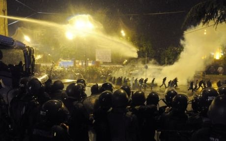 Стычка митингующих с правоохранителями. Фото телеканала ПИК.