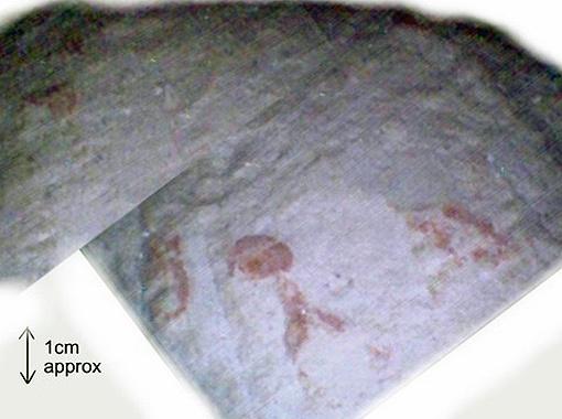 Увеличенное изображение красных иероглифов, нанесённых на пол, расположенный за первой дверцей тоннеля (фото Djedi Team).