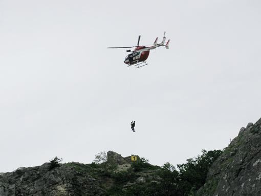 Эвакуация застрявшего на скале туриста при помощи «Еврокоптера»
