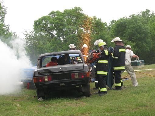 Чтобы извлечь людей, крышу автомобиля пришлось отрезать