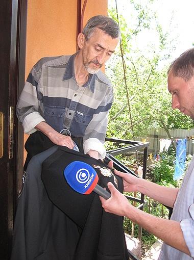 Юрий Митяев показывает награды своего погибшего брата.