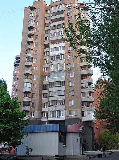 В этом доме по улице 50-летия СССР, в квартире №31 (см. фото внизу) на 9-м этаже и жил будущий президент с семьей. Через стенку с Януковичами (кв. №32) обитала молодая семья артистов театра.