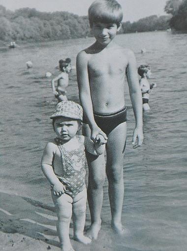 Маленькие сыновья Януковичей (1980-е), по словам соседей, были спокойными, вежливыми и воспитанными ребятами.