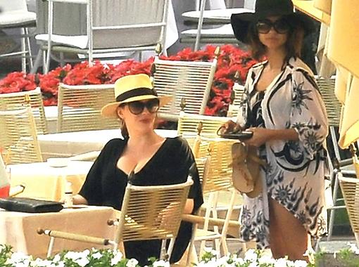 Итальянцы то и дело просили у актрисы афтографы и говорили комплименты. Фото Daily Mail.