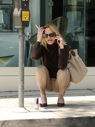 И снова Мелани в привычном виде: с сигаретой в руке... Фото All Over Press.