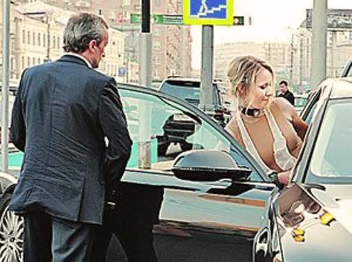 Ксению Анатольевну теперь сопровождает личный охранник. Фото Милы Стриж.