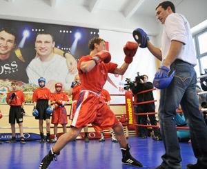 Владимир отремонтировал зал, в котором когда-то начинал свою карьеру, а теперь проводит здесь мастер-классы для юных боксеров. Фото пресс-службы Фонда братьев Кличко.