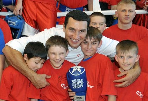 Кличко учит детей, как добиться успеха в спорте. Фото пресс-службы Фонда братьев Кличко.