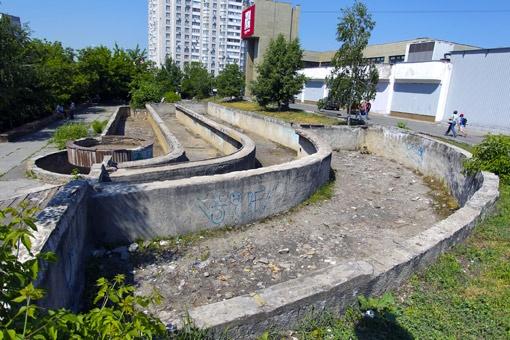 Эти руины на Беличах раньше были фонтаном. Фото Артема ПАСТУХА.