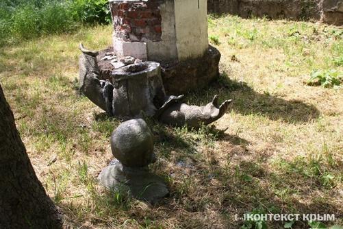 Памятник разрушили неизвестные.