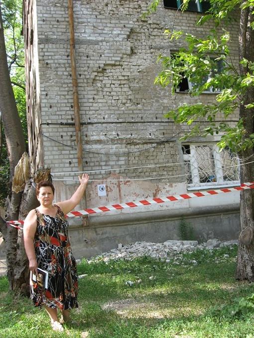 Любовь Романчук: - Последний ремонт крыши у нас был 20 лет назад, и сегодня она течет, как сито, а со стороны обвалившейся стены - душевые комнаты, что еще добавляет влаги. Фото автора.