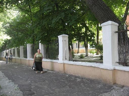 А в соседнем индустриально-педагогическом техникуме исчезают кованые пролеты внешней ограды.