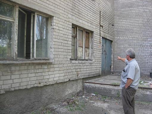 За день до съемки на этих двух окнах были решетки - их украли. Политехнический колледж.