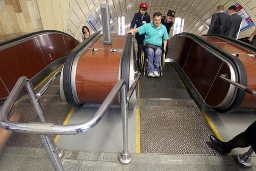 В метро инвалида должны сопровождать два сотрудника подземки.