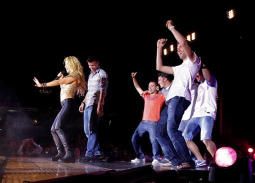 Чемпионы отплясывали на сцене. Угадываются Хави, Вилья, Бускетс. И , конечно, любимый Шакиры - Пике - рядом с ней. Фото АП.