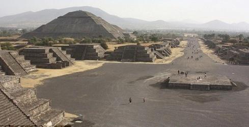 Пирамида Солнца и Аллея Мертвых в Теотиуакане. Фото: с сайта dailymail.co.uk