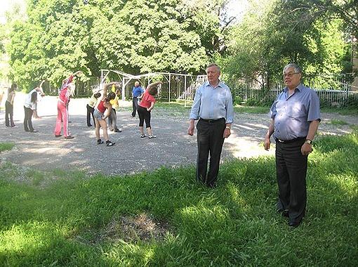 Директор Днепропетровского технолого-экономического колледжа Виктор Карпов (на фото справа) и его заместитель Валерий Мишин показывают место, где еще недавно были гимнатические снаряды.