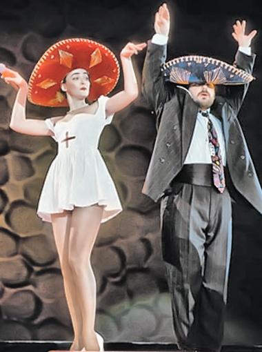 По кабаре-дуэту «Академия» и своему партнеру Александру Цекало певица не скучает. Фото РИА