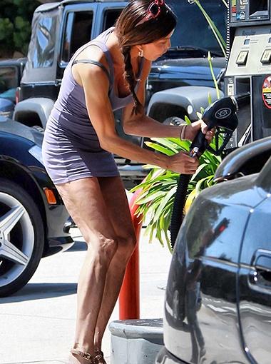 Заметив, что ее снимают папарацци, Дженис принялась томно позировать. Фото Splash/All Over Press.