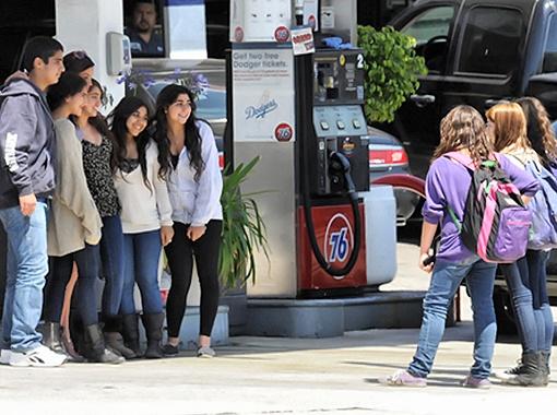 Собравшиеся на заправке школьники раскрыв рот наблюдали за телодвижениями Дикинсон. Фото Splash/All Over Press.