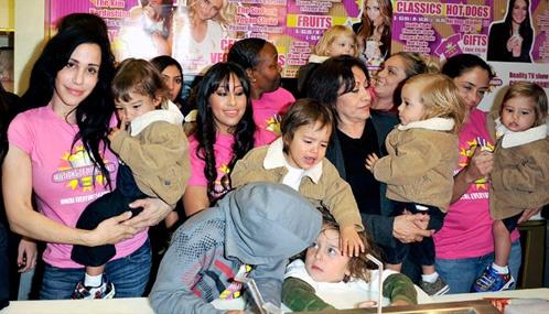 Надя Сулиман с детьми и помощниками. Фото: СNN