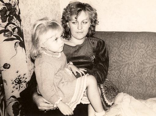 В детстве Алена ездила с родителями на Азов (на фото с мамой), а сейчас обожает Карпаты.