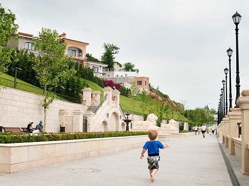 Новую набережную на 16-й станции Фонтана украшают львы, платаны, цветники и фонтаны.