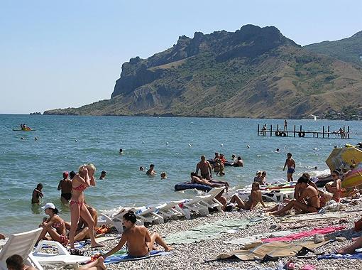 На ЮБК море еще прохладное, но народ уже вовсю купается.