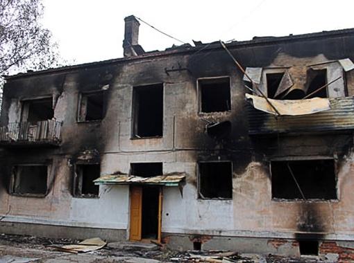 От некоторых поселковых зданий в Урмане остались только остовы. Фото Тимура Шарипкулова.