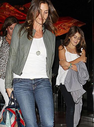 Мама и дочка даже одеваются похоже: джинсы, белый топ и туфли-балетки. Фото Daily Mail.
