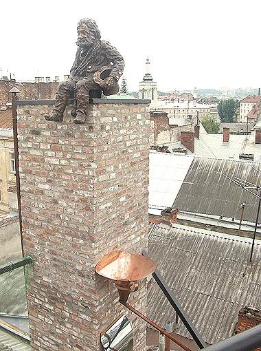 Трубочист, которого посадили на одну из крыш в старом районе города, первоначально задумывался как мальчик (вверху).