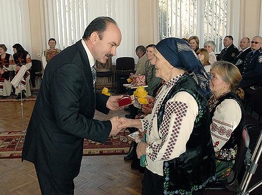 Губернатор Львовщины вручает награды от президента матерям-героиням.