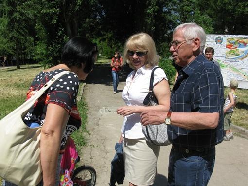 Валерий Ермак с семьей на прогулке. Фото автора.