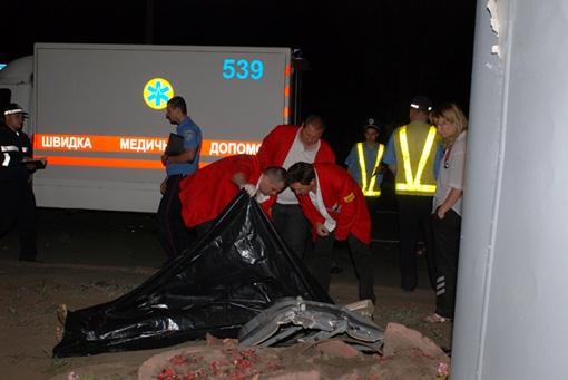 Спасателям пришлось около часа резать иномарку на части, чтобы достать пассажира. Фото Николая ШИНКАРЯ.