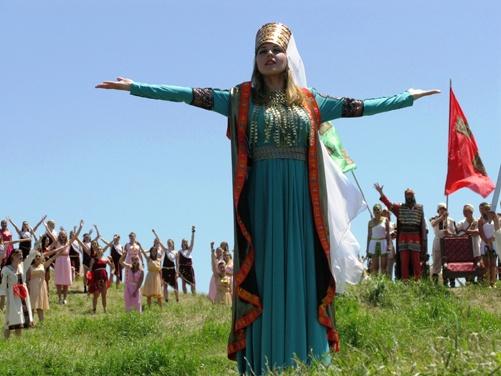 Царица Амага обращается к жителям города.
