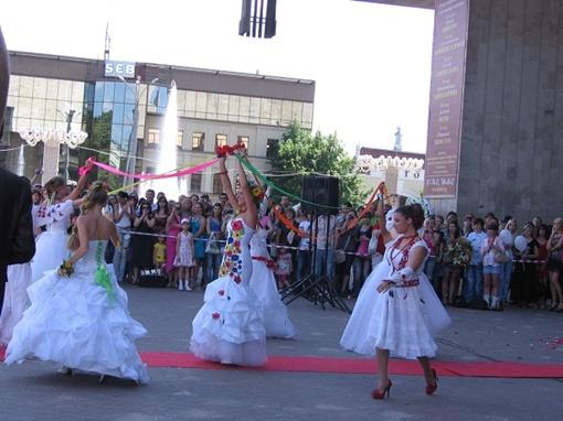 Улицы Харькова заполнили красавицы в свадебных платьях. Фото Натальи БОЙЧЕНКО.