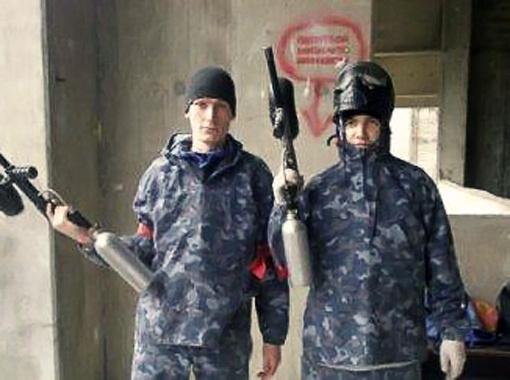 Суровые админы Михаил Паршиков (слева) и Иосиф Громадко (справа) в свободное от работы время играют в пейнтбол. Так что правила группы СТУДЕНТЫ.UA мы народу нарушать не советуем.