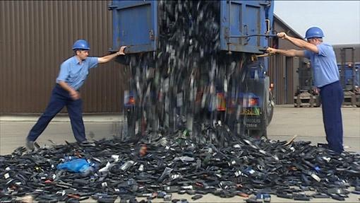 Несмотря на усилия властей по всему миру, поток поддельных телефонов не иссякает.