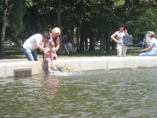 Около фонтана суетится народ