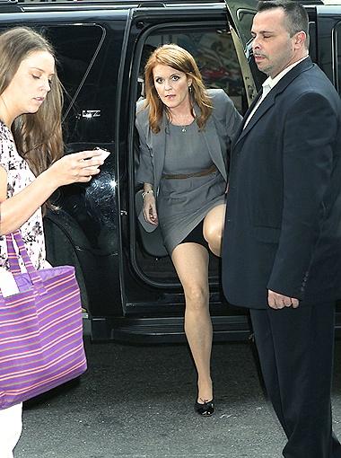 Сара продемонстрировала папарацци утягивающие штанишки, выбираясь из машины у входа в телестудию программы