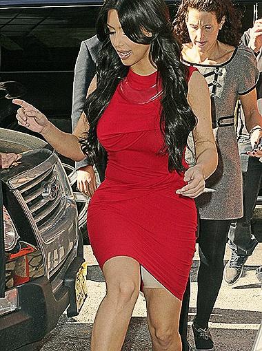 Пышнотелая Ким Кардашьян признаётся, что у нее есть жирок на талии и целлюлит на бёдрах, поэтому эластичные штанишки - ее спасение.Фото Daily Mail.