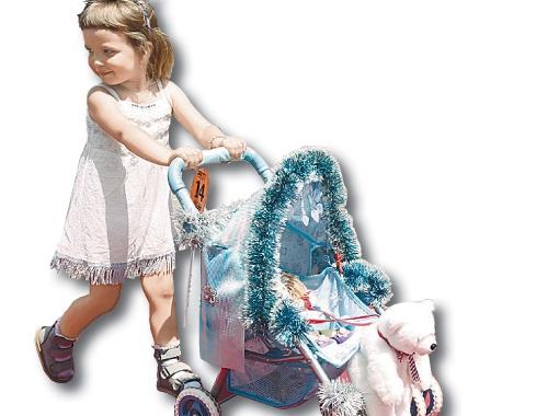 Карета Снежной королевы и ее маленькая хозяйка Мирослава растрогала жюри и получила 3-е место.
