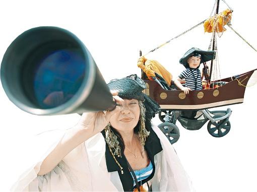 Победитель конкурса «Парад колясок» - Максим Рафаловский и его коляска-корабль притягивали всеобщее внимание. Еще бы, ведь над «кораблем» 3 месяца трудилась вся семья. Колориту группе «Веселые пираты» добавляла взрослая дама-пират, которая представилась «КП» няней Нилой. О такой няне может мечтать каждый ребенок.