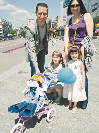 Олимпийский чемпион по плаванию, член жюри Денис Силантьев поддерживал на параде своих племянниц. Для своей морской композиции девчонки попросили у дяди ласты, шапочку и очки для плавания.