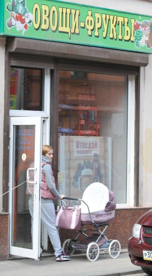 Надя Михалкова зашла с малышкой в магазин. Фото: Сергей ЛАНТЮХОВ