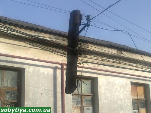 В Симферполе горожанам угрожают висячие электростолбы фото