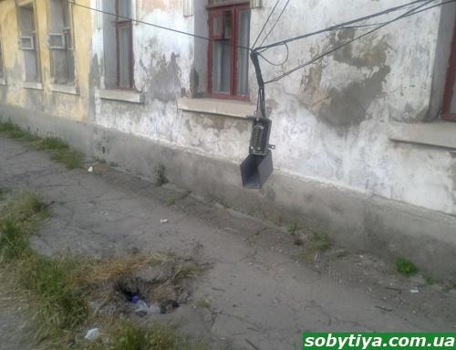В Симферполе горожанам угрожают висячие электростолбы фото 2