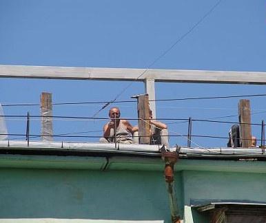 На крыше орудуют строители. Фото ТаблоID