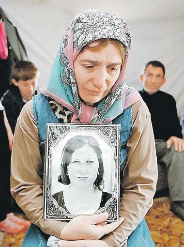 Мать Эльзы Кунгаевой взяла с собой все, что осталось от ее дочери, - фотографию на память (на фото - в палатке в лагере беженцев возле Карабулака в Ингушетии). Сейчас родители погибшей девушки живут в Норвегии.