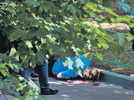 Тело полковника пролежало на месте убийства до тех пор, пока саперы не убедились, что оно не заминировано. В Чечне было много подобных сюрпризов.
